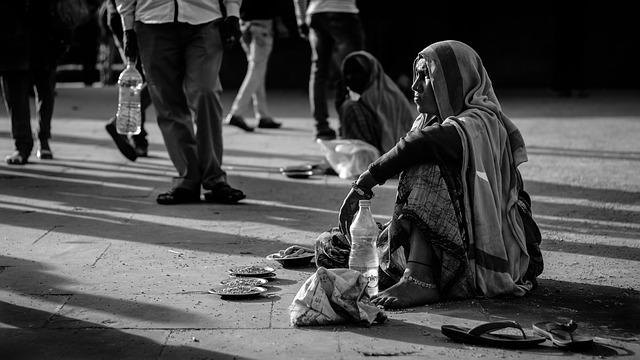 chudá žena na ulici