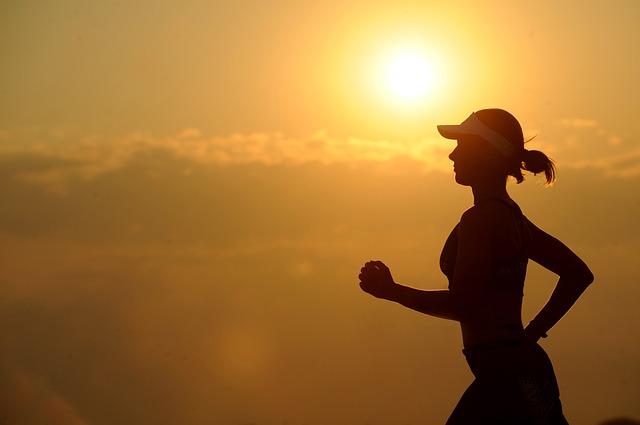 běžící dívka