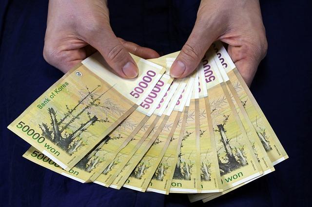 vějíř korejských bankovek